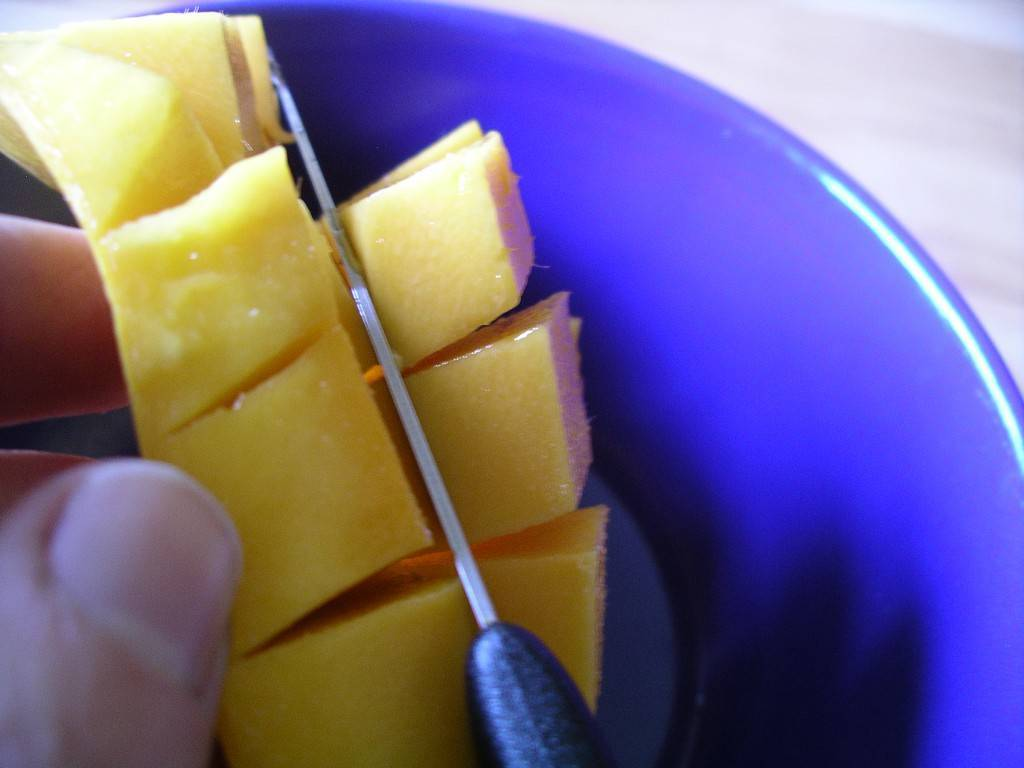 Mango: cutting into the bowl
